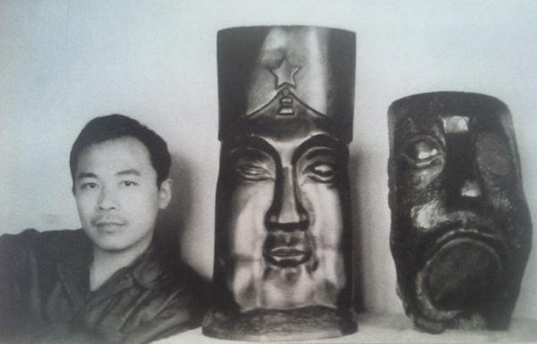 Wang Keping et ses sculptures Idole et silence dans son studio à Pékin 1979