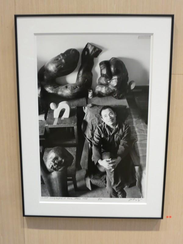 Wang Keping in his studio by Liu Heung Shing